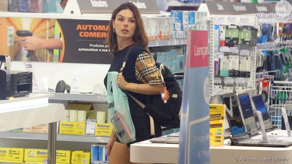 Isis Valverde usou um look grifado para circular pelo Shopping Fashion Mall neste domingo, 10 de novembro de 2019