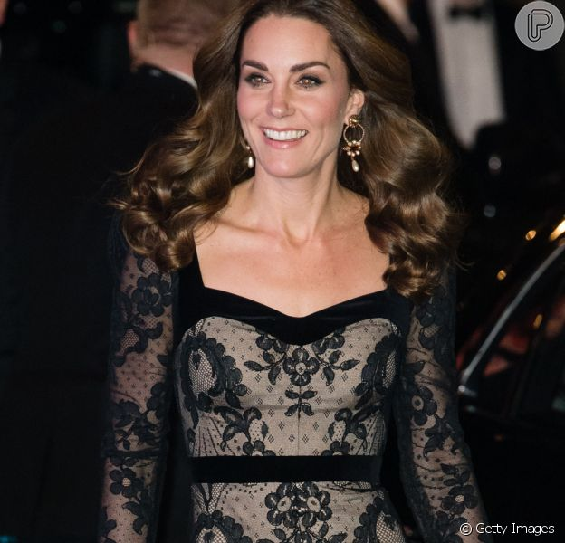 Kate Middleton esbanja elegância em vestido rendado em noite no teatro nesta segunda-feira, dia 18 de novembro de 2019