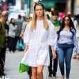 Look para o Réveillon: vestido branco amplo e com manga bufante é casual para curtir a virada entre amigos ou com a família