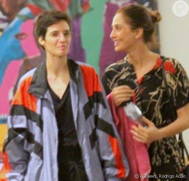 Camila Pitanga passeia com a namorada, Beatriz Coelho, pela primeira vez após confirmar relacionamento nesta sexta-feira, dia 22 de novembro de 2019