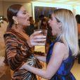 Juliana Paes se diverte Monique Alfradique em desfile de moda. As duas atrizes estiveram no elenco de 'A Dona do Pedaço'