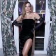 Anitta apostou em vestido tomara que caia com fenda provocante criado pela marca Colcci