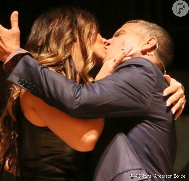 Viviane Araujo beijaEri Johnson ao estrelar peça 'Quem é Quem'