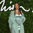 No Fashion Awards 2019, Rihanna aposta no look monocromático de vestido e sandália em tom de verde menta