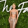 A moda Elsa Hosk apostou na trend do metalizado no look do Fashion Awards