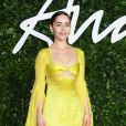 Look solar: Emilia Clarke aposta no amarelo bem vibrante como look do Fashion Awards 2019