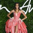 A modelo Winnie Harlow apostou no vestido com babados megavolumosos no Fashion Awards 2019