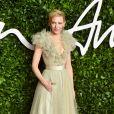 Cate Blanchett apostou em um vestido estilo princesa, bem delicado, em tom de verde claro, no Fashion Awards 2019