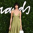 Minimalista: a modelo Mica Arganaraz apostou no vestido estilo slip dress em tom de verde oliva