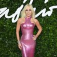Donatella Versace apostou no tom de pink no look do Fashion Awards