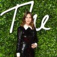 A influencer Alexa Chung aposta no vestido preto com brilho e gola, inspirado em alfaiataria