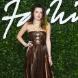 Bella Thorne aposta trend do metalizado em seu vestido do Fashion Awards 2019