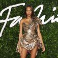 No Fashion Awards, a modelo Jourdan Dunn aposta na trendo do metalizado com um minidress bronze de um ombro só