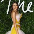 Olivia Culpo aposta no vestido volumoso branco com um toque de amarelo no look do Fashion Awards 2019