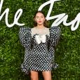 No look do Fashion Awards, Iris Law apostou nas tendências de mangas bufantes e poá