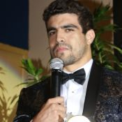 Caio Castro segue mesmo caminho de Anitta ao ganhar prêmio: 'Agradeço a mim'