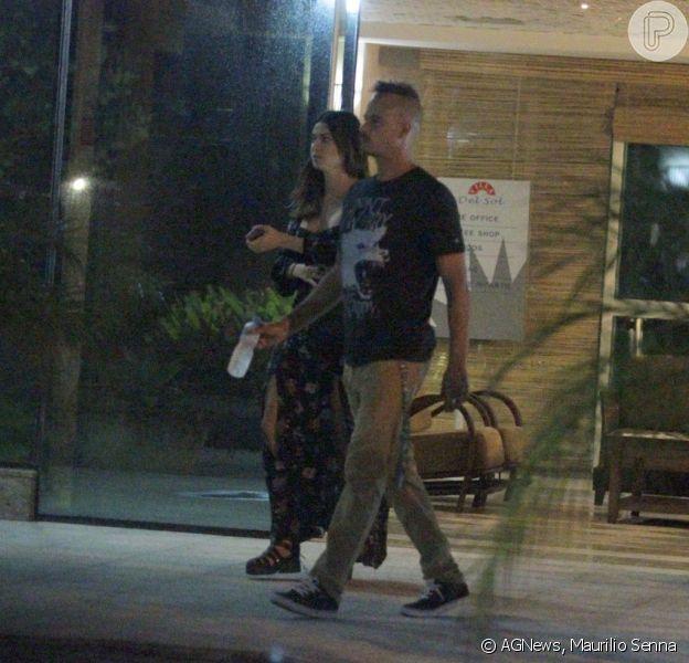 Paulinho Vilhena e Thaila Ayala deixaram juntos o apartamento do ator na noite da última sexta-feira, 17 de outubro de 2014