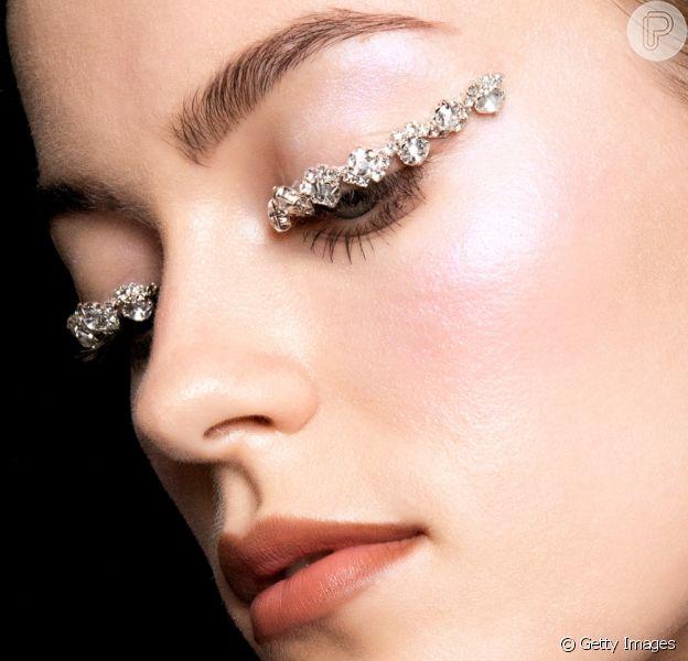 A make iluminada de Réveillon pode ser criada com aplicações de pedrinhas de strass nas pálpebras e pele com iluminador