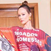 Moda e protesto! Mariana Ximenes elege look com cartazes de filme para festival