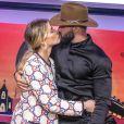 Andressa Suita beija o marido, Gusttavo Lima, durante lançamento de novo DVD do marido