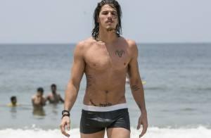 Romulo Neto grava novela 'Império' de cueca e chama atenção na praia