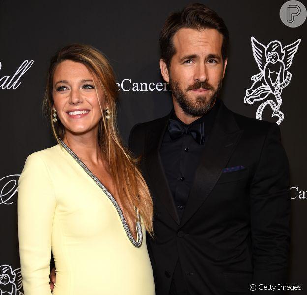 Blake Lively aposta em decote para ir a evento beneficente da fundação Gabriel's Angels, em Nova York, ao lado do marido, Ryan Reynolds, em 20 de outubro de 2014