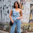 Moda jeans no verão: calça e blusa assimétrica de um ombro só no mesmo tecido deixam o look da estação fresquinho