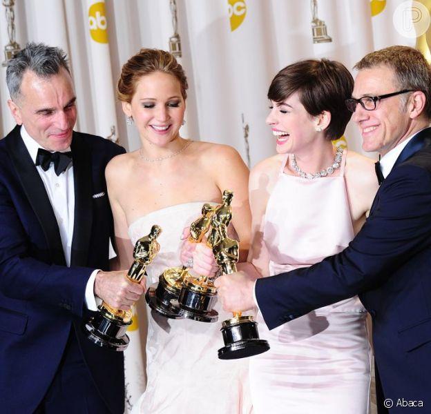 Daniel Day-Lewis, Jennifer Lawrence, Anne Hathaway e Christoph Waltz posam com suas estatuetas na 85ª cerimônia do Oscar, no Dolby Theatre de Los Angeles, em 24 fevereiro de 2013
