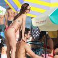 Isis Valverde faz massagem no marido, André Resende, na praia