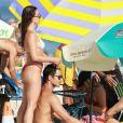 Isis Valverde faz carinho no cabelo do marido, André Resende, em dia de praia