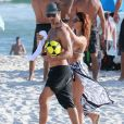 Isis Valverde e o marido, André Resende, deixam praia juntos