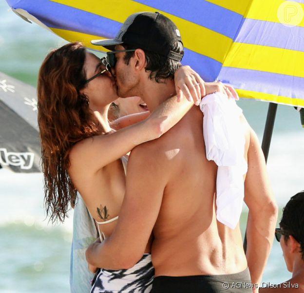 Isis Valverde namora o marido, André Resende, e joga altinha na praia nesta quinta-feira, dia 09 de janeiro de 2020