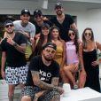Kevinho posa com grupo de amigos em restaurante ao pé da praia de Jurerê Internacional, em Santa Catarina