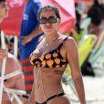 Anitta apostou em um look poderoso para a foto na piscina com o DJ com quem vai lançar música