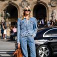 Calça jeans na moda em 2020: modelo reto numa produção all jeans fica superfashion