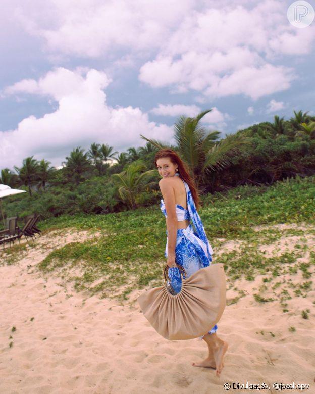 Uma bolsa com argola e tamanho maxi foi a escolha de Marina Ruy Barbosa para dias de folga