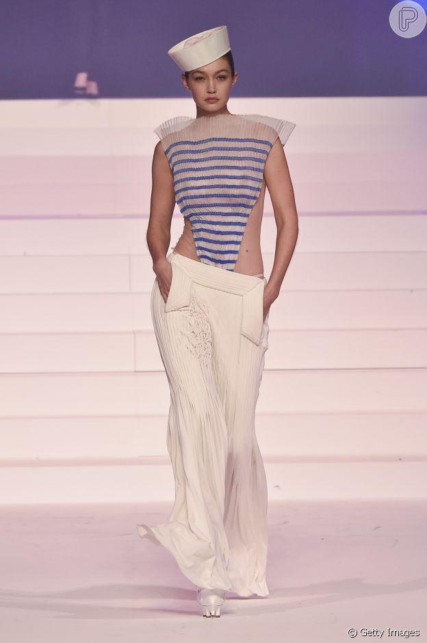 Gigi Hadid usa look com pegada navy com blusa triangular