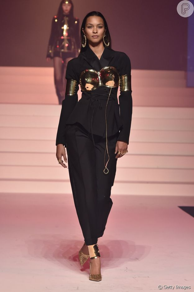 Sobreposição com suitã é trend da Primavera/Verão em desfile do Jean-Paul Gaultier na alta-costura de Paris