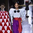 Manga bufante com mistura de cores e laço é trend em desfile da Valentino