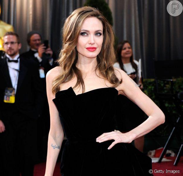 Angelina Jolie e mais artistas brilharam no tapete vermelho na última década. Recorde 20 looks icônicos da premiação em galeria neste sábado, dia 08 de janeiro de 2020