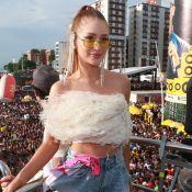 Top de plumas e short fashion: o look de Marina Ruy Barbosa para bloco de Ivete
