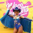 Anitta elegeu um look poderoso com franjas e crochê para seu bloco de Carnaval