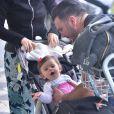 Filha de Thaeme Mariôto, Liz  encantou fãs ao ser flagrada desembarcando com os pais