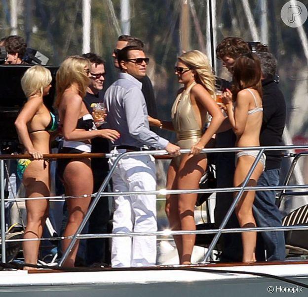 Leonardo DiCaprio filma 'The Wolf of Wall Street' de Martin Scorsese rodeado de cinco mulheres de biquíni em 25 de fevereiro de 2013