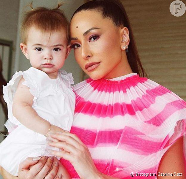 Filha de Sabrina Sato, Zoe rouba cena com looks de moda praia com estilo. Veja vídeo postado pela apresentadora nesta sexta-feira, dia 13 de março de 2020