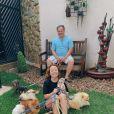 Larissa Manoela posou com todos os seus cachorros durante quarentena