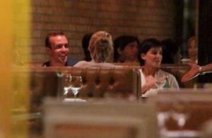 Deborah Secco e Roger Flores jantam sorridentes em restaurante do Rio