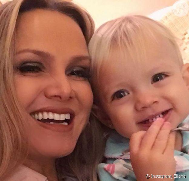 Eliana improvisa penteado na filha, Manuela, durante quarentena: 'Tentando'