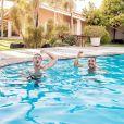 Wesley Safadão se joga na piscina com Tirullipa