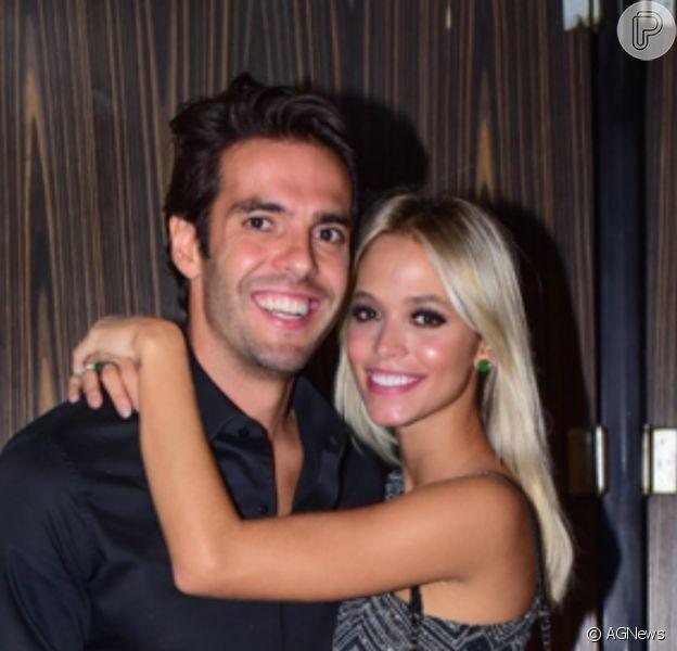 Grávida pela primeira vez, Carol Dias celebrou o aniversário do marido, Kaká, ganhando beijo na barriga e lembrando casamento